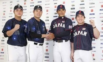 記者会見でポーズをとる(左から)台湾代表の陳俊秀、黄甘霖監督、日本代表の稲葉監督、甲斐=6日、ヤフオクドーム
