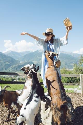 スイス・ハイジの村でヤギに囲まれる「乃木坂46」の井上小百合さん 撮影:前康輔