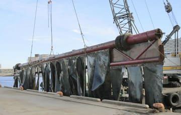 東京湾の海底に沈んでいた金属管=1日、千葉県船橋市(船橋市漁業協同組合提供)