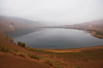 青い湖と曲線が描き出す美しき光景 バダインジャラン砂漠