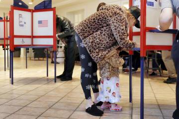 米中間選挙で投票する女性=6日、米ニューヨーク州(AP=共同)
