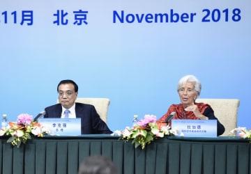 記者会見する中国の李克強首相(左)とIMFのラガルド専務理事=6日、北京(共同)
