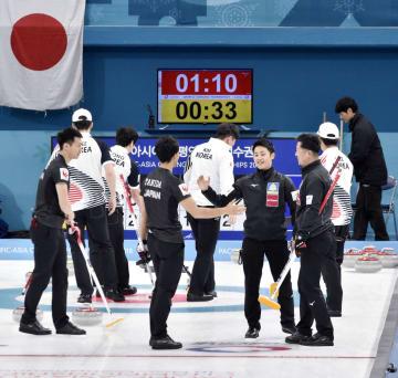 韓国に勝利し喜ぶコンサドーレの選手ら(手前)=江陵(共同)