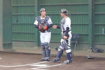 育成選手として唯一秋季キャンプに参加しているオリックス・稲富宏樹(左)【写真:編集部】