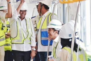 MRTに試乗し、乗り心地に満足げなジョコ大統領(着席者の左端)=6日、ジャカルタ(運輸省提供)