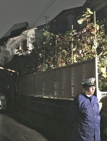 現場近くを警戒する警察官=7日午前0時52分、東京都世田谷区