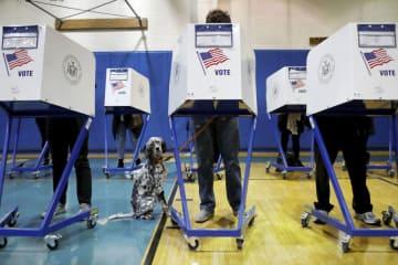 6日、米ニューヨークで中間選挙の投票をする人たち(ロイター=共同)