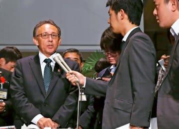 菅官房長官との会談を終え、記者の質問に答える玉城デニー知事(左)=6日午後、首相官邸
