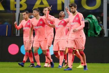 得点を挙げ、喜ぶバルセロナの選手=6日、ミラノ(ロイター=共同)