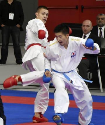 男子組手84キロ級3回戦 ベラルーシ選手(左)の蹴りを浴びる荒賀龍太郎=マドリード(共同)