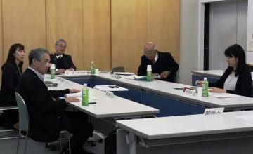 長崎原爆遺跡の保存や活用などについて意見を出し合う委員=長崎県長崎市平野町、長崎原爆資料館会議室