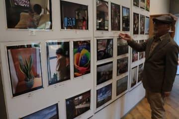 「忘れないプロジェクト写真展」に集まった写真を紹介する小川さん=長崎県長崎市、ナガサキピースミュージアム