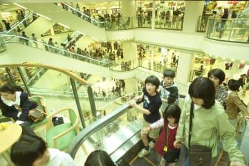 店内をエスカレーターで行き来する買い物客=長崎市元船町、夢彩都