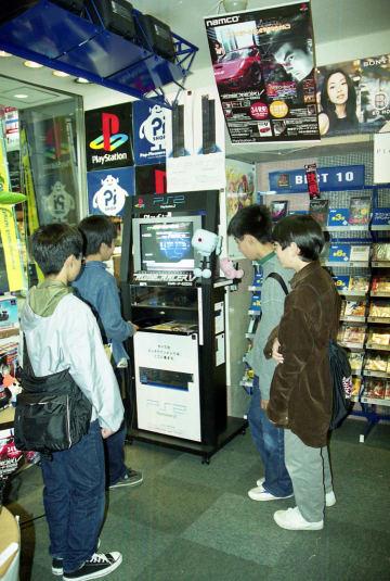 プレイステーション2の試遊機で遊ぶ子供たち=長崎市内