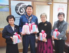 手縫いの雑巾を役場に届けた町内会連合会の女性たち