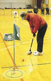 冬季間、室内でのゲームを楽しむフロアゴルフの愛好者