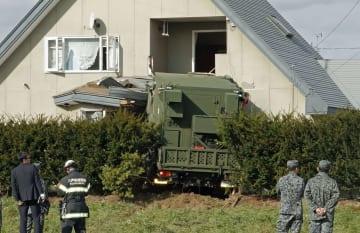 住宅に突っ込んだ航空自衛隊のトラック=7日午後0時25分ごろ、青森県おいらせ町