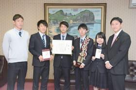 青山市長(右)と記念写真に収まる5人
