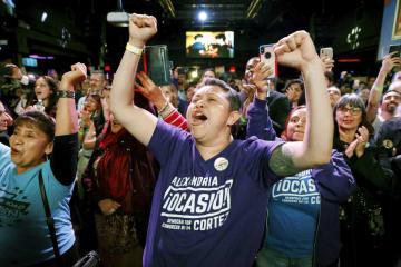 6日、米中間選挙で民主党の下院選候補オカシオコルテス氏の当選が確実となり、喜びに沸く支持者たち=ニューヨーク(ロイター=共同)