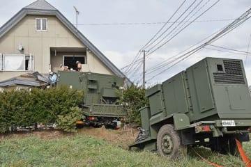 航空自衛隊の車両が民家に衝突した事故現場=7日午前11時10分ごろ、おいらせ町二川目4丁目