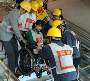国東市の大分空港で5日、南海トラフ地震の津波被害に備えた防災訓練があった。  ターミナルビルの管理会社など約40機関から82人が参加。マグニチュード9・0の地震が発生し、大津波警報が出されたと想定した。  ビル内では火災に対処する訓練を実施。管理会社の職員は乗客と車椅子利用者役の職員を近くの高台に誘導した。  大規模停電も想定。ビルの自家発電でスマートフォンの充電器が作動するかを確認した。  訓練は関係機関でつくる協議会が2011年の東日本大震災をきっかけに毎年実施している。