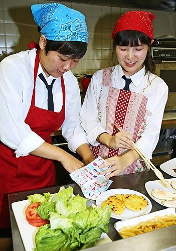 【高校生レストラン「神島屋」で販売するランチセットを試作する生徒(和歌山県田辺市新屋敷町で)】