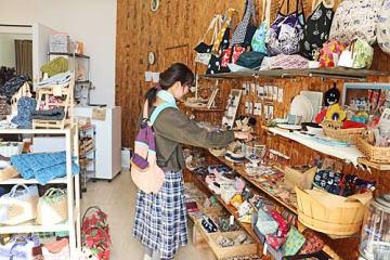 【地元作家25人が出品し、15日まで限定でオープンしている店「ハンドメイド」(和歌山県田辺市南新町で)】