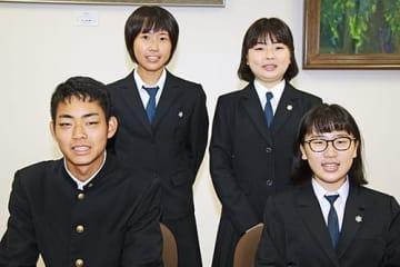 【全日本高校模擬国連大会に出場する(左から)古久保亜留久君、朝間結梨さん、榎本汐里さん、尾原由衣さん】