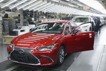 トヨタ自動車九州の宮田工場で量産が始まった「レクサス ES」=7日午後、福岡県宮若市