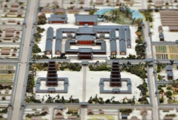 大安寺旧境内の復元模型。奥が主要伽藍。中央を横切る六条大路の手前は、七重塔が東西に並ぶ塔院と呼ばれる区画