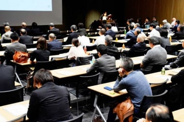 多くの中小企業関係者が参加した「外国人材採用・受入れセミナー」=川崎市中原区