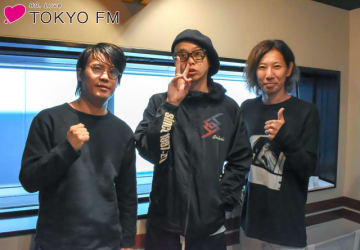 THE BACK HORNの菅波栄純さん(左)と松田晋二さん(右)、中央は番組パーソナリティのMUCC・逹瑯