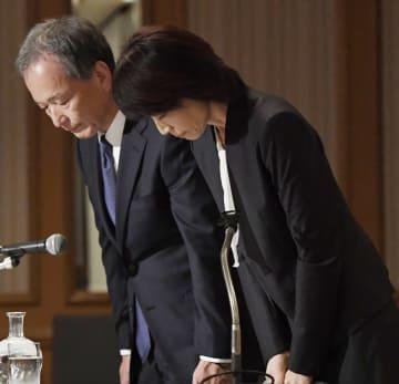 記者会見の冒頭、謝罪する東京医科大の林由起子学長(右)=7日午後、東京都内のホテル