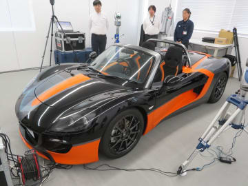 初代量産スポーツEV「トミーカイラZZ」の限定色モデル。当面は完成車の販売とプラットフォーム事業の2軸に注力する