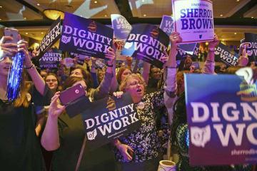 6日、米中間選挙で民主党の上院選候補が当選確実となり、喜ぶ支持者たち=米オハイオ州コロンバス(ゲッティ=共同)