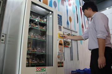日本パンメーカーのコモが、同社海外初となるパン自販機を香港に設置した=6日、将軍澳(NNA撮影)