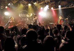復活ライブで演奏する山水館のメンバー=2017年11月、神戸VARIT.(提供)