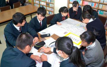 【セミの方言分布マップを作成する生徒ら=亀山市本町1丁目の県立亀山高校で】