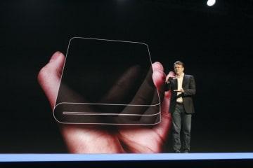 開発中の折り畳み式スマートフォンについて説明するサムスン電子の幹部=7日、米サンフランシスコ(共同)