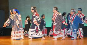 アイヌ古式舞踊を披露する白老民族芸能保存会メンバーたち