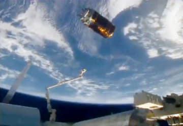 宇宙ステーション(下)から切り離され、地球に向けて出発する無人補給機「こうのとり」(JAXA提供)