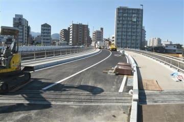 9日午前6時から通行できるようになる明午橋の新橋=熊本市中央区