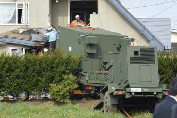 民家に突っ込んだ航空自衛隊のトラック=7日午前11時半ごろ、おいらせ町二川目4丁目