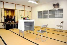 教誨に使われる仏間。手前のパイプ椅子に入所者が座る=明石市大久保町森田、神戸刑務所