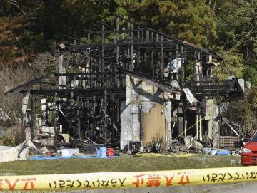 火災があった木造住宅=8日午後、石川県津幡町