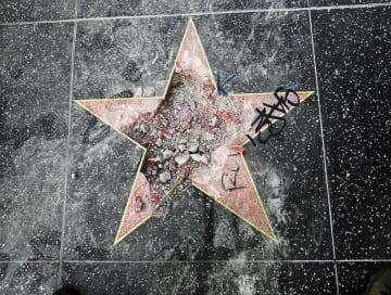 破壊されたトランプ米大統領の星形プレート=7月、ロサンゼルス(AP=共同)
