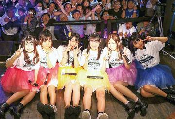 ファンと記念撮影を行う(左から)尾上まなみさん、太田あかりさん、住吉かのんさん、南仲ないろさん、入船あんさん、港ゆきさん(10月27日)