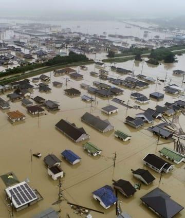 豪雨で冠水した岡山県倉敷市真備町地区の住宅街=7月7日