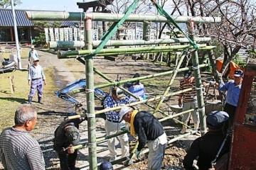 【竹で作った鳥居を設置する、八立稲神社の氏子ら(和歌山県田辺市古尾で)】