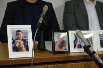 猪狩さんの写真を並べて記者会見に臨む妻(左)